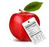 Una manzana con una etiqueta de los hechos de la nutrición Imágenes de archivo libres de regalías