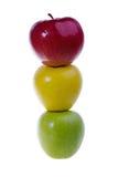 Una manzana del verde, roja y amarilla en una fila Imagen de archivo
