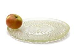 Una manzana en el plato grande Fotos de archivo