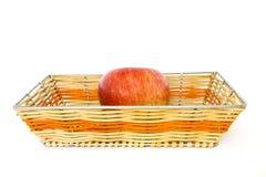 Una manzana en la cesta Imagen de archivo libre de regalías