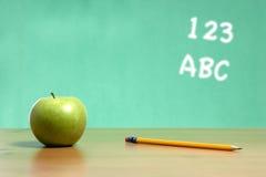 Una manzana en un escritorio en una sala de clase Imagenes de archivo