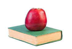 Una manzana en un libro. Imágenes de archivo libres de regalías