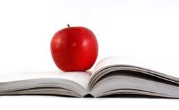 Una manzana roja en un libro Imagen de archivo