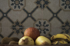 Una manzana roja orgánica real con otras frutas en una bandeja de madera sobre un fondo del vintage Imagen de archivo