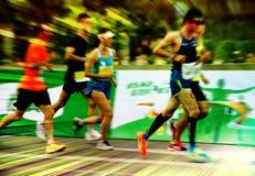 Una maratona fatta funzionare su una strada di città Immagini Stock