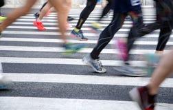 Una maratona fatta funzionare su una strada di città Fotografia Stock Libera da Diritti