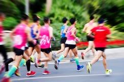 Una maratona fatta funzionare su una strada di città Fotografia Stock