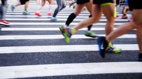 Una maratona fatta funzionare su una strada di città Immagine Stock Libera da Diritti