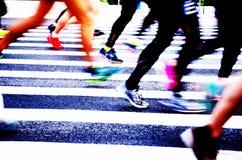 Una maratona fatta funzionare su una strada di città Fotografie Stock Libere da Diritti
