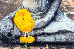 Una maravilla ascendente de la imagen del cierre garlan en la ruina de la estatua Buda Fotos de archivo