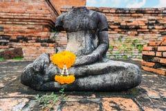Una maravilla garlan en la mano de la estatua Buda Fotos de archivo libres de regalías