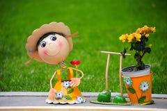 Una marioneta asombrosa con la cara feliz en el jardín con el fondo verde en el jardín imagen de archivo