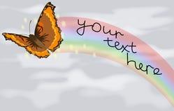 Una mariposa y un arco iris contra el cielo gris Imagen de archivo