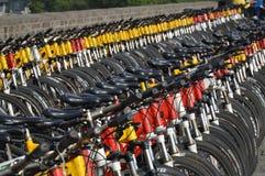 Una masa de las bicis del empuje en Xian City Wall Fotografía de archivo libre de regalías