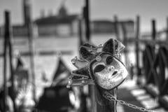 Una maschera abbandonata sull'attracco della gondola immagine stock libera da diritti
