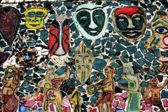 Una maschera aborigena per mezzo delle mattonelle tagliate colorate fotografia stock libera da diritti
