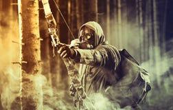 Una maschera antigas d'uso del cacciatore maschio dell'arco immagine stock libera da diritti