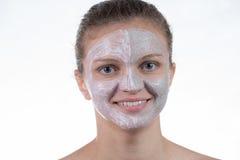 Una maschera di due cosmetici di argilla grigia con sfrega e screma sul fronte fotografia stock libera da diritti