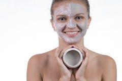 Una maschera di due cosmetici di argilla grigia con sfrega e screma sul fronte fotografia stock
