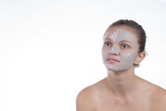 Una maschera di due cosmetici di argilla grigia con sfrega e screma sul fronte immagine stock libera da diritti