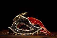 Una maschera nera e rossa di carnevale fotografia stock libera da diritti