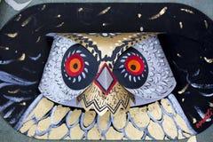 Una maschera orribile del gufo che appende sulla parete dell'istituto di arte Immagini Stock