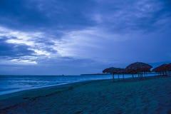 Una mattina molto blu sulla spiaggia fotografia stock