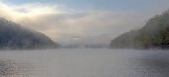 Una mattina nebbiosa cave nel lago run immagine stock