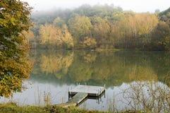 Una mattina nebbiosa di autunno Fotografie Stock Libere da Diritti