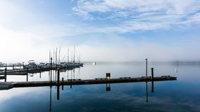 Una mattina nebbiosa fredda del porto Fotografia Stock
