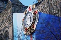 Una medaglia rotonda di Aleksander Nevsky sulla facciata della GOMMA. Immagine Stock Libera da Diritti