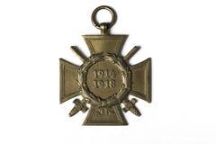 Una medalla militar cruzada alemana de la primera guerra mundial con las edades 1914-1918 en el fondo blanco aislado Imagen de archivo libre de regalías