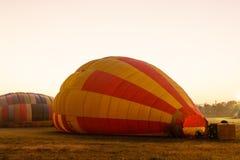 Una media flotación del globo en el sol temprano antes saca imagenes de archivo