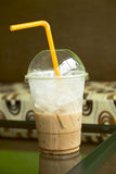 una media taza de café frío de la moca en el café del café Fotos de archivo libres de regalías