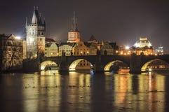 Una mejor vista de Praga por noche con el puente Foto de archivo