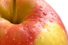 Una mela bagnata fresca su priorità bassa bianca Fotografie Stock Libere da Diritti