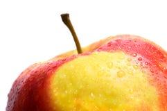 Una mela bagnata fresca su priorità bassa bianca Immagine Stock Libera da Diritti