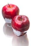 Una mela di due rossi su bianco Immagine Stock