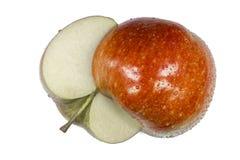 Una mela incide le metà con il gambo ed il pozzo Fotografia Stock Libera da Diritti
