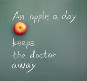 Una mela un il giorno mantiene il medico assente Fotografia Stock Libera da Diritti