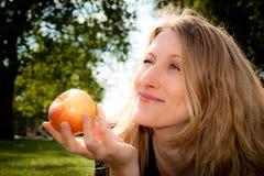 Una mela un il giorno mantiene il medico assente fotografie stock