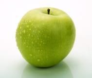 Una mela verde con le gocce dell'acqua Fotografia Stock Libera da Diritti