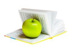 Una mela verde su un libro Immagine Stock Libera da Diritti