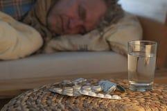 Una mentira del hombre con frío en su cama Fotos de archivo