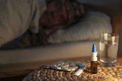 Una mentira del hombre con frío en su cama Foto de archivo libre de regalías