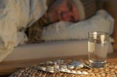 Una mentira del hombre con frío en su cama Imagenes de archivo