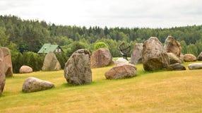 Una meridiana in campi in pieno delle pietre Immagine Stock