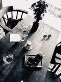 Una mesa de centro grande por la ventana Foto de archivo libre de regalías