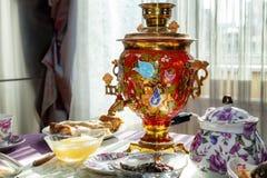 Una mesa de comedor maravillosamente puesta para el té Imágenes de archivo libres de regalías
