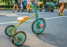 Una metà d'annata del triciclo dei bambini secondo XX del secolo immagini stock